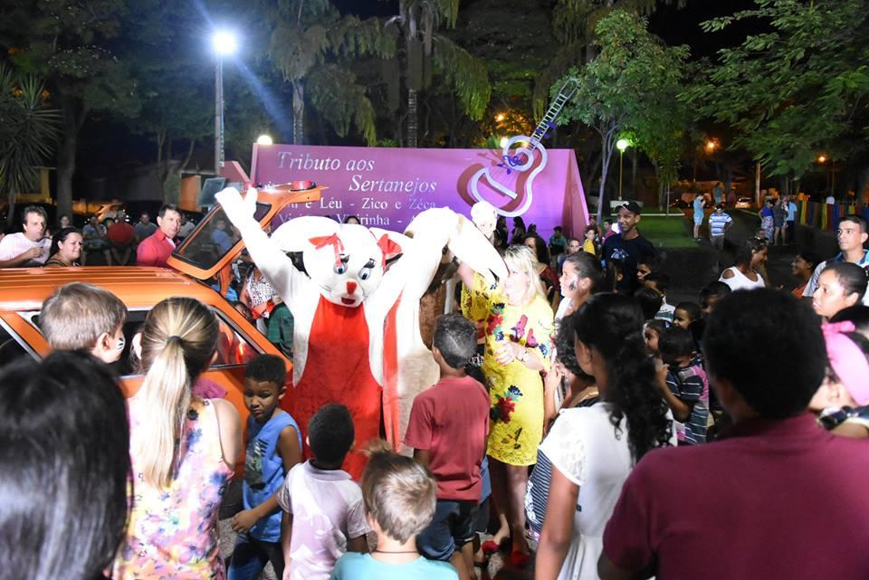 Visita ao Coelhinho da Páscoa na Praça 9 de Julho