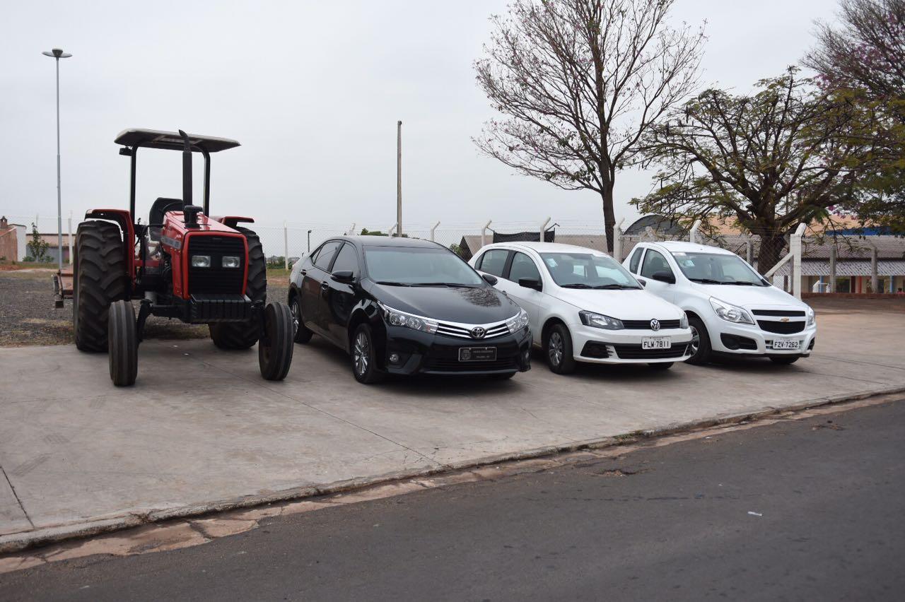 Aquisição de um Carro Oficial, um Veículo para Paço Municipal, um Veículo e um Trator para o Departamento de Obras e Serviços